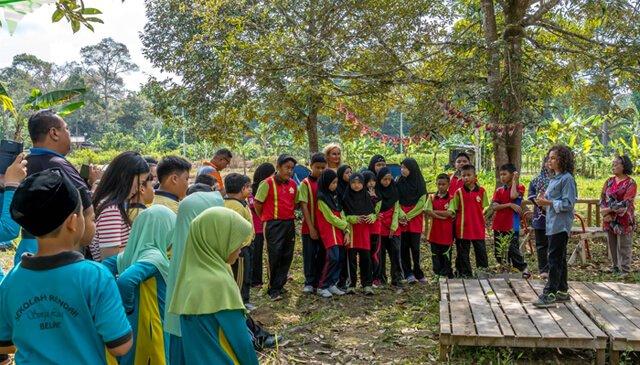 Cappi Osborne presents to schoolchildren in Brunei